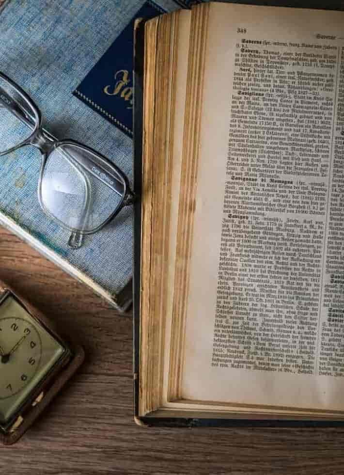 Libro junto a gafas