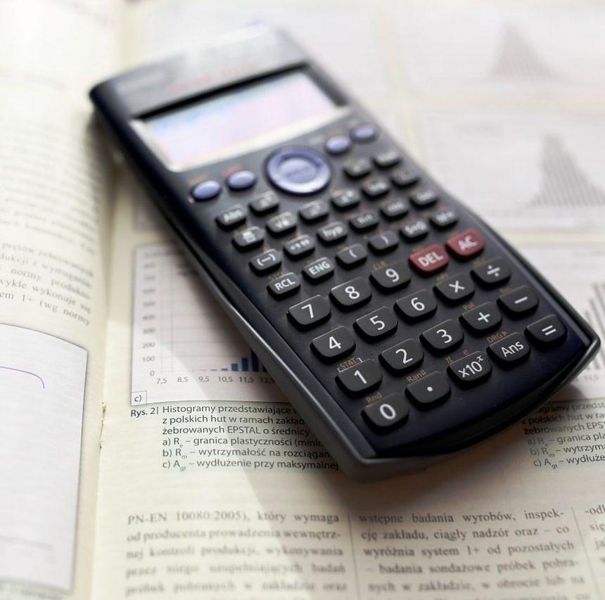 Calculadora sobre libro