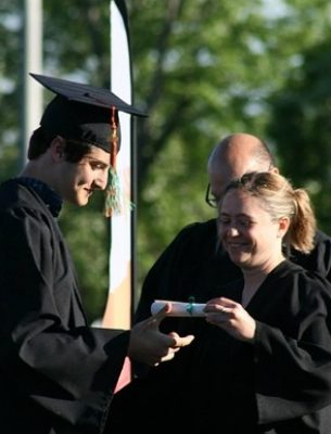entrega de diploma de grado medio