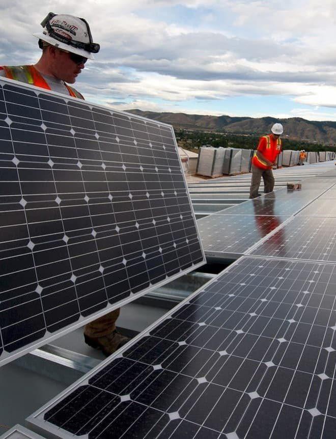 tecnicos instalando panes solares