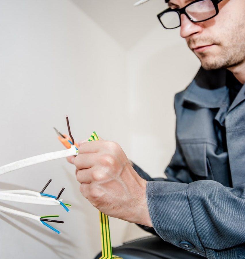 Tecnico de grado medio pelando cable